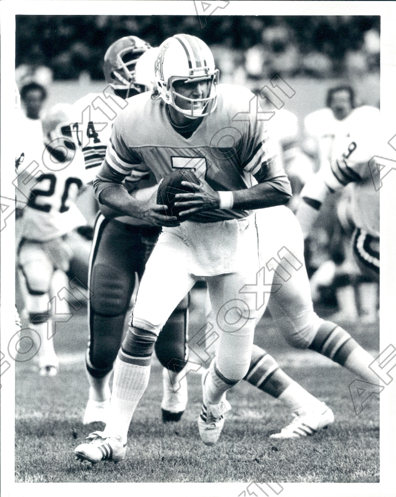 You are bidding on an original press photo of Houston Oilers Football  Quarterback Dan Pastorini. It shows the player in a press shot for the team. 4bf182903
